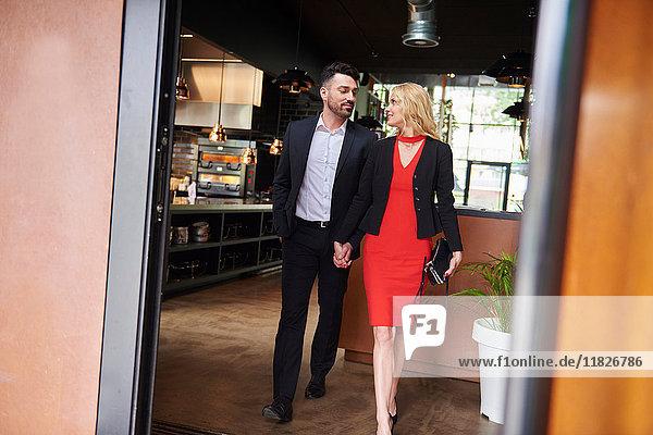 Glamouröses Paar verlässt Restaurant