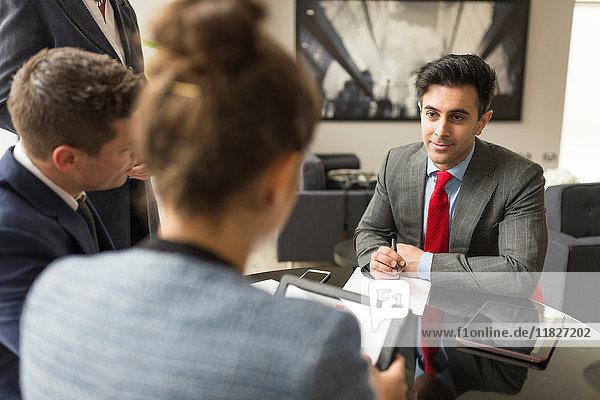 Geschäftsmann und Frauen diskutieren in Vorstandssitzung