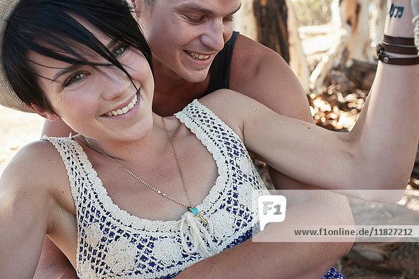 Junger erwachsener Mann umarmt seine Freundin
