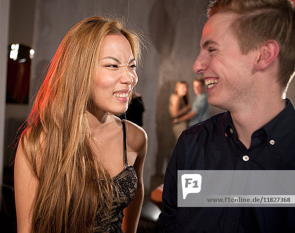 Lachendes Paar im Nachtclub