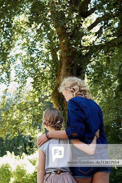 Mutter und Tochter genießen Park