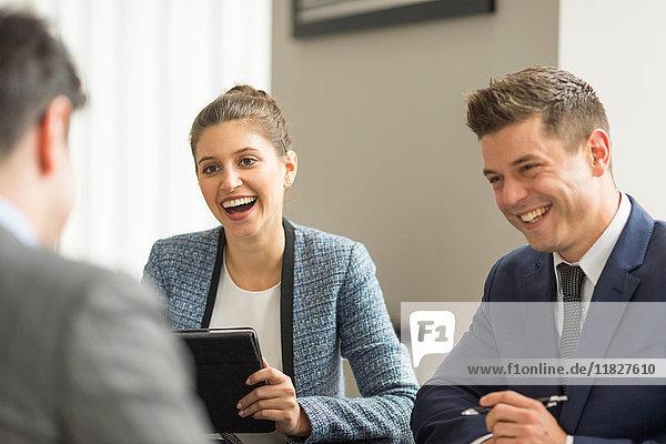 Geschäftsmänner und -frauen bei Bürobesprechung