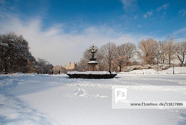 Springbrunnen über dem See des Central Park im Winter  Manhattan  New York City  USA