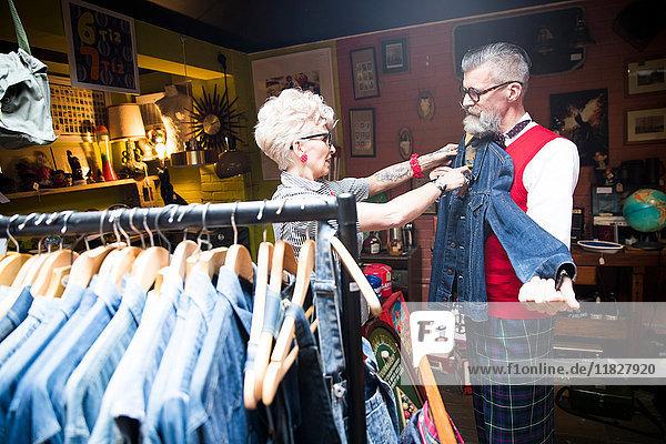 Schrulliges Vintage-Paar beim Einkaufen in einem Vintage- und Antiquitätenladen