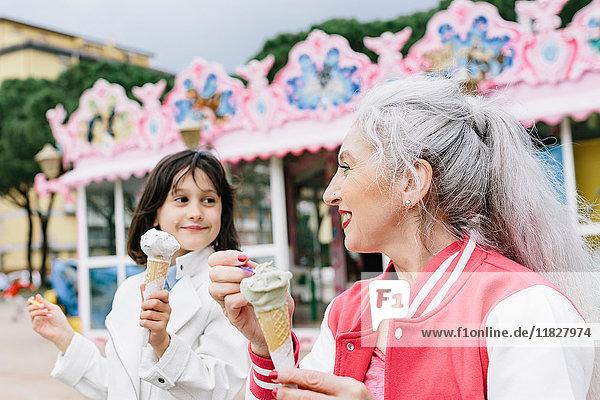 Reife Frau und Mädchen essen Eistüten vor der Eisdiele  Florenz  Italien