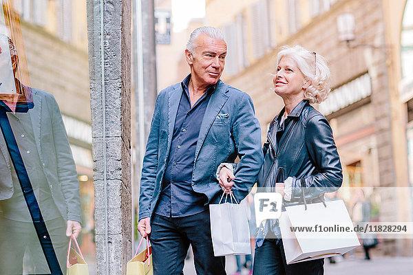 Touristenpaar beim Schaufensterbummel auf der Straße in der Stadt  Siena  Toskana  Italien