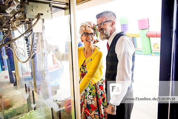 Ehepaar vergnügt sich in Spielhalle  Bournemouth  England