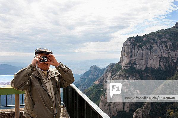 Mann macht ein Foto auf dem Balkon von Santa Maria de Montserrat  Katalonien  Spanien