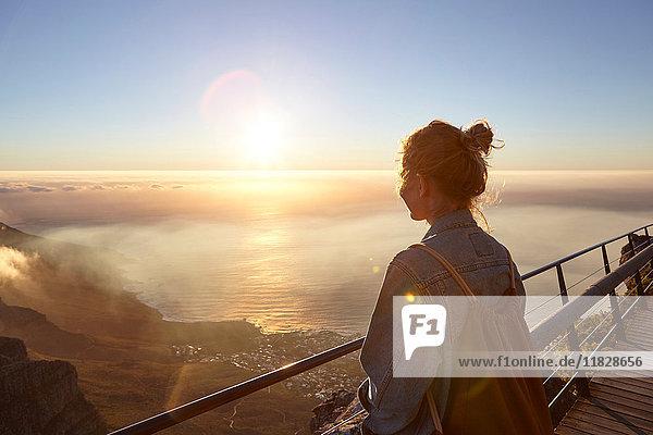 Junge Frau auf dem Gipfel des Tafelbergs  Blick auf die Aussicht  Tafelberg  Kapstadt  Südafrika