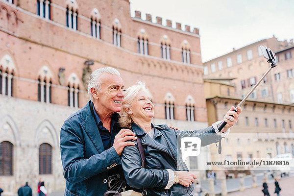 Touristenehepaar mit Selfie-Stock in der Stadt  Siena  Toskana  Italien
