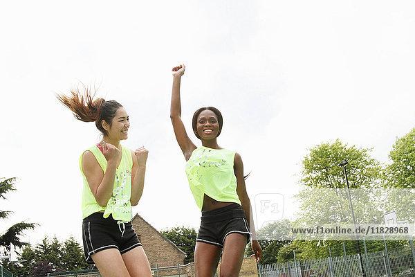 Frauen jubeln auf dem Basketballplatz