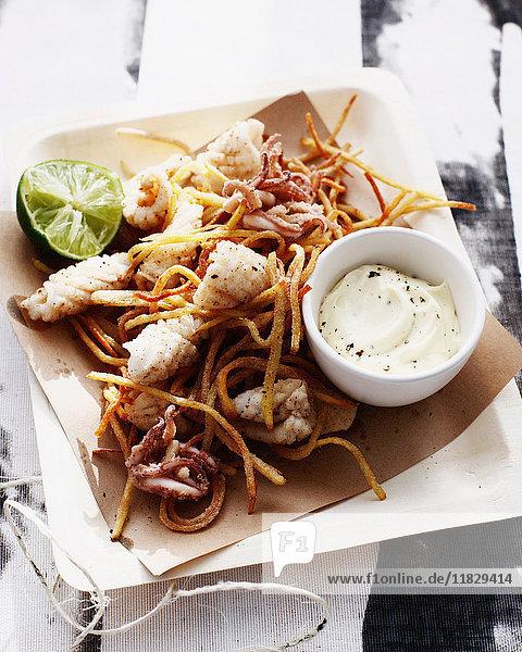 Salz- und Pfeffer-Tintenfisch mit Sauce