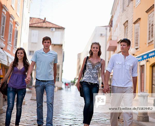 Paare zu Fuß auf gepflasterter Straße
