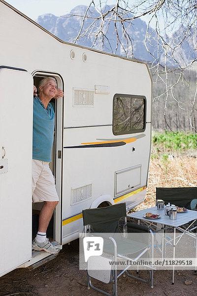 Älterer Mann an der Tür des Wohnmobils