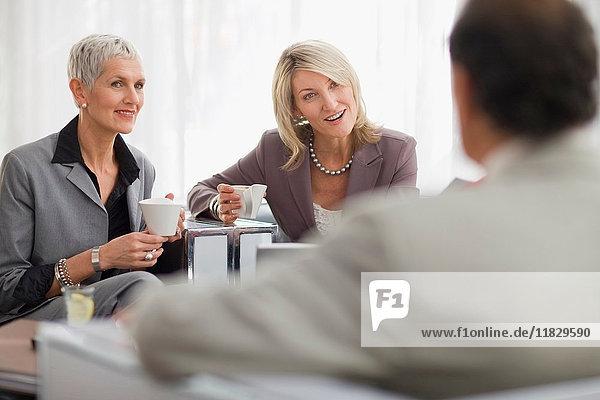 Geschäftsleute beim gemeinsamen Kaffee