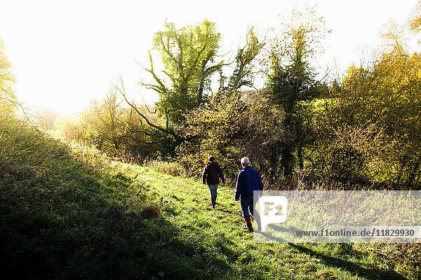 Menschen zu Fuß in ländlicher Landschaft