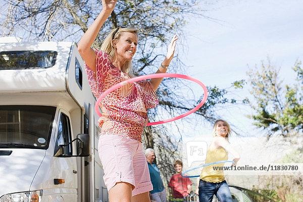 Familie mit Hula-Hoop-Reifen mit RV