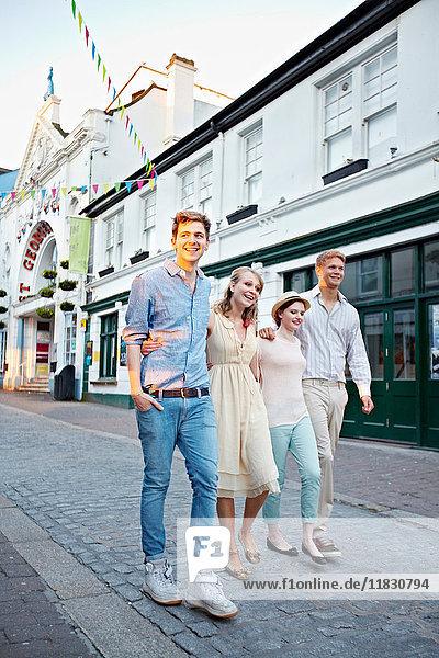 Paare  die zusammen auf der Straße der Stadt gehen