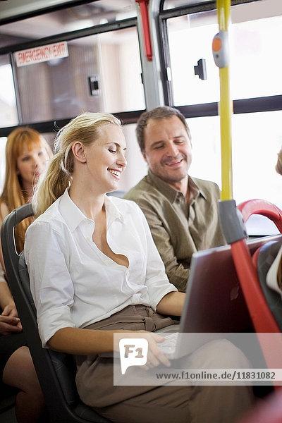 In einem Bus sitzende Personen