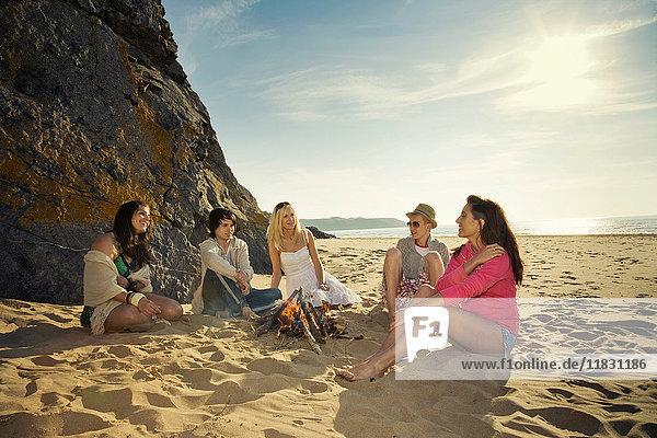 Freunde entspannen am Strand