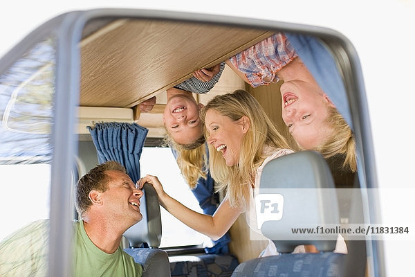 Familie lächelt im Wohnmobil