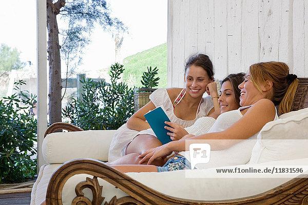 Freundinnen  die gemeinsam ein Buch lesen