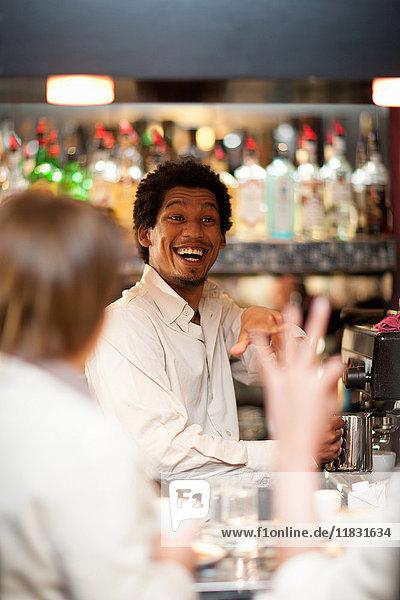 Barista nimmt Bestellungen im Café entgegen