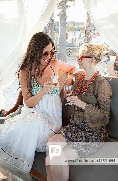 Zwei Freundinnen genießen ein Glas Rose
