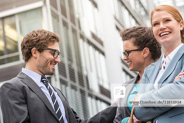 Geschäftsleute im Gespräch auf der Straße in der Stadt