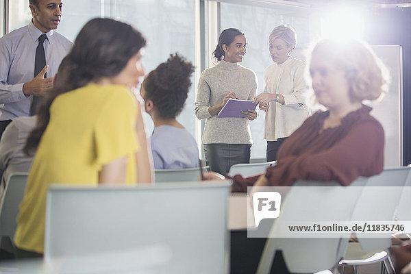 Geschäftsleute sprechen im Konferenzpublikum