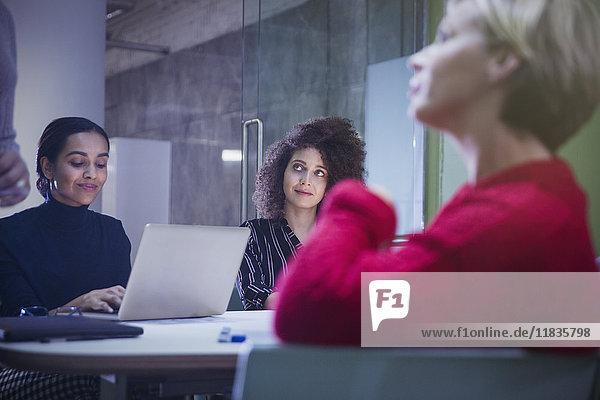 Geschäftsleute  die zuhören und im Konferenzraum arbeiten.