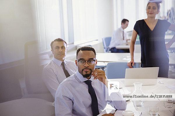 Aufmerksame Geschäftsleute beim Zuhören im Konferenzraum