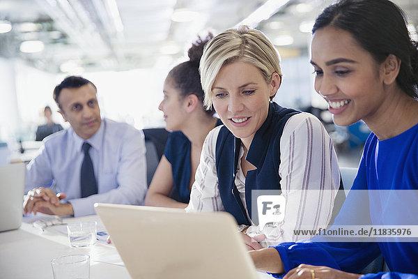Geschäftsfrauen arbeiten am Laptop im Büro Meeting
