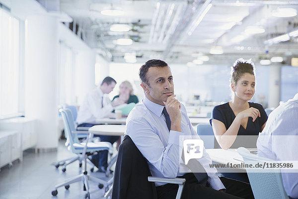 Seriöser  aufmerksamer Geschäftsmann  der im Konferenzraum zuhört.