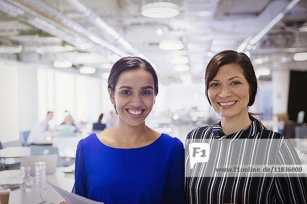 Portrait lächelnde  selbstbewusste Geschäftsfrauen