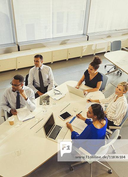 Geschäftsleute  die im Konferenzraum arbeiten und zuhören.