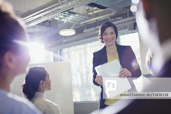 Porträt einer lächelnden Geschäftsfrau  die ein Meeting im Büro leitet.