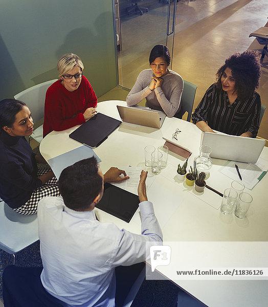 Geschäftsleute reden  arbeiten im Konferenzraum Meeting