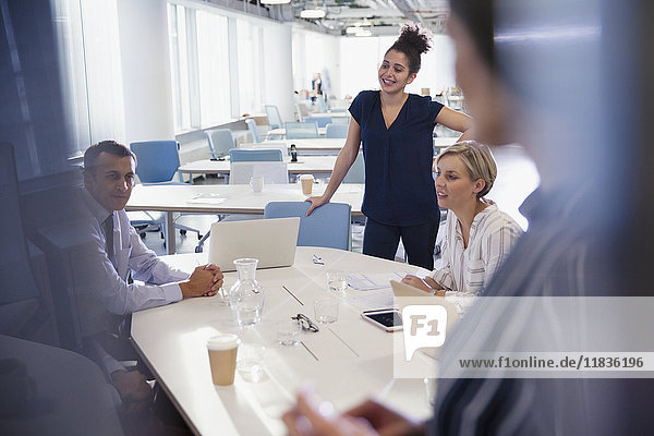 Geschäftsleute beim Sprechen und Planen im Büromeeting