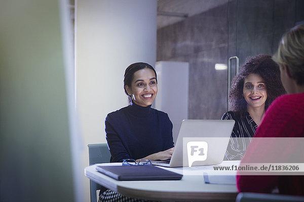 Lächelnde Geschäftsfrauen bei der Arbeit im Konferenzsaal