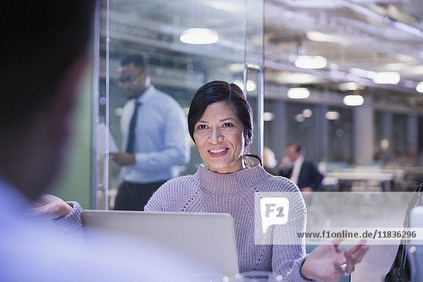Geschäftsfrau gestikuliert  spricht am Laptop im Konferenzraum Meeting