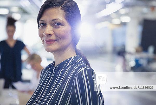 Portrait lächelnde  selbstbewusste  reife Geschäftsfrau