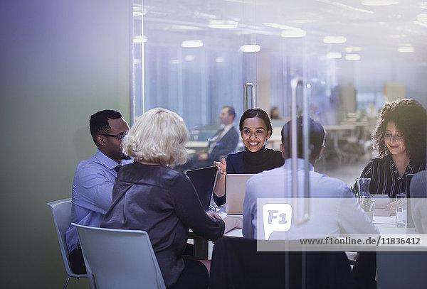 Geschäftsleute an Laptops im Konferenzraum Meeting