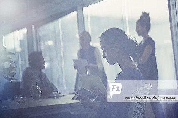 Geschäftsfrau mit digitalem Tablett in Konferenzraumbesprechung