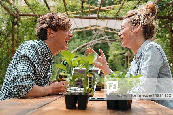 Paar im Garten von Angesicht zu Angesicht lächelnd