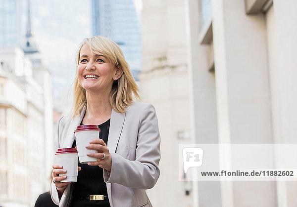 Geschäftsfrau mit Kaffeetassen