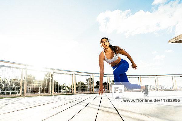 Junge Frau beim Sport im Freien  South Point Park  Miami Beach  Florida  USA