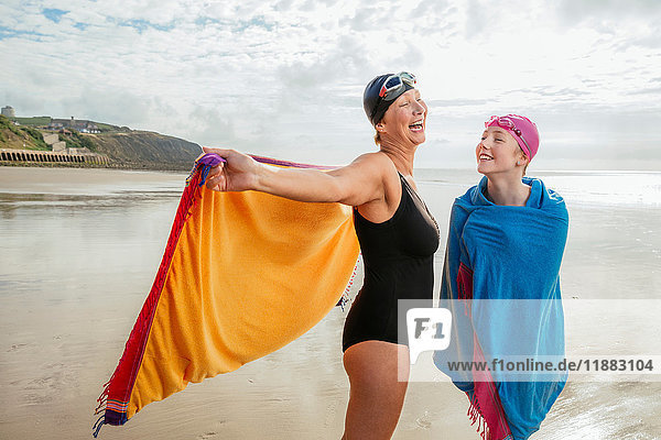Mutter und Tochter stehen mit Schals am Strand  Folkestone  UK