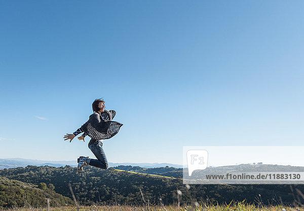 Reife Frau in ländlicher Umgebung  die vor Freude springt  Paso Robles  Kalifornien  USA