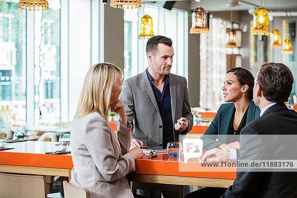 Geschäftsmann und Geschäftsfrau im Gespräch im Cafe